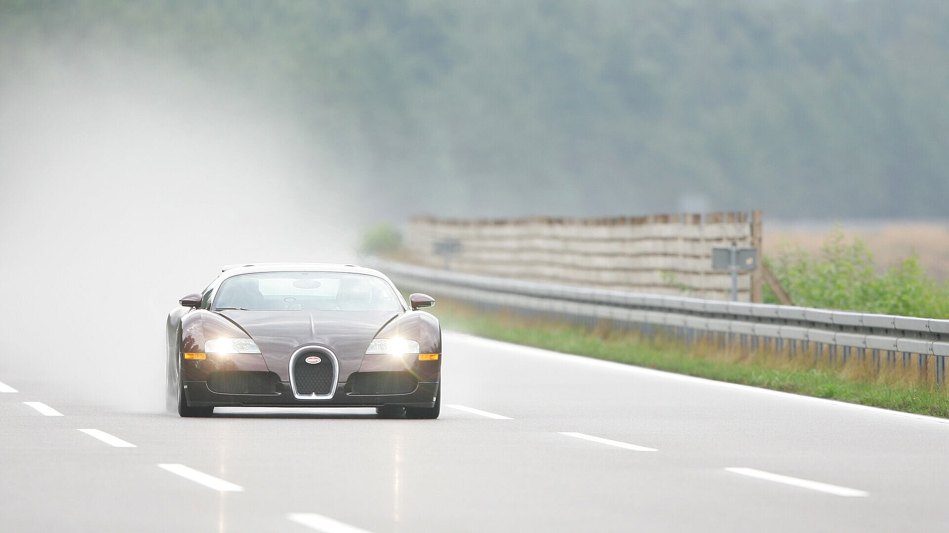 [Translate to Deutsch:] 15 years ago, the Bugatti Veyron 16.4 achieved the impossible and became the first series production car to break the 400 km/h barrier.