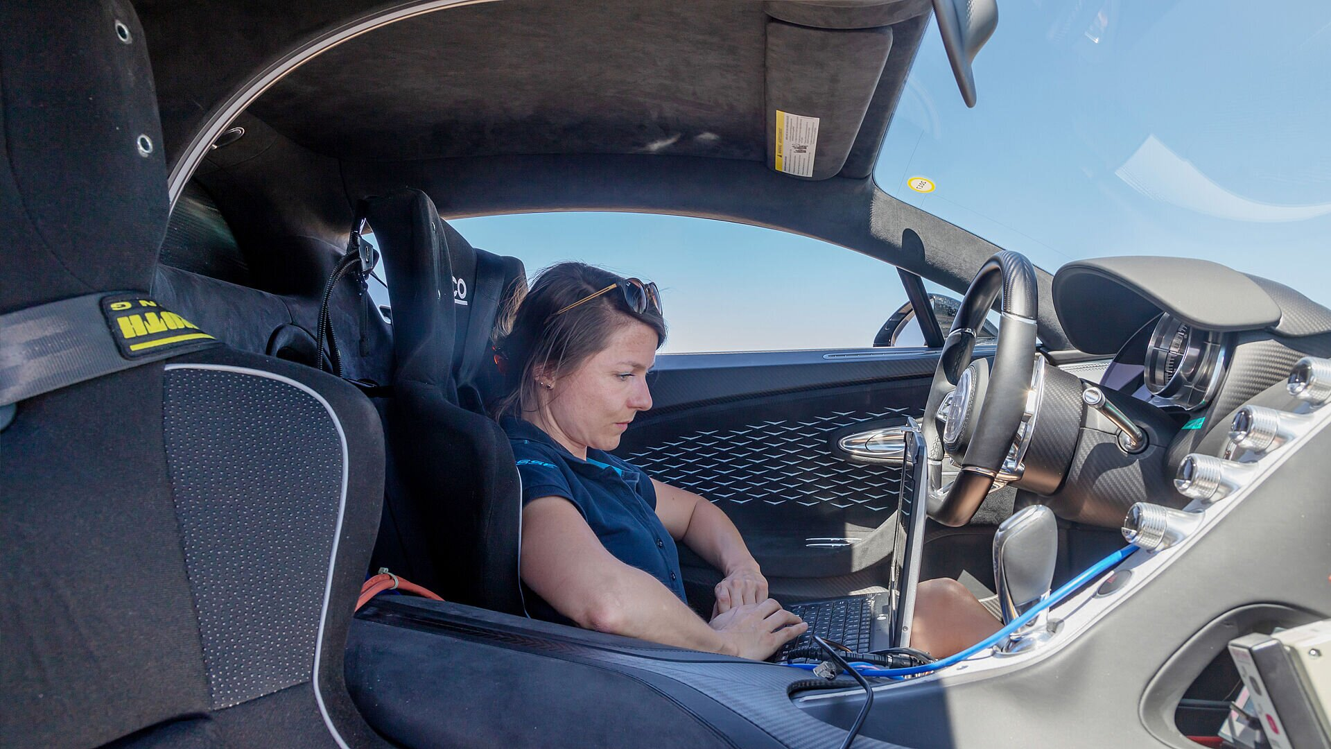 Because of the high engine speed in Bugatti hyper sports cars, Julia Lemke must ensure, among other things, that the air conditioning compressor functions properly as an engine attachment during test drives.
